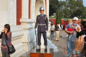 忠烈祠: 右の儀仗兵 正面