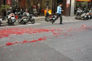 青山宮: 爆竹の残骸