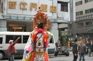 青山宮: 赤い髪の神様 店の方を向いた
