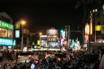 士林夜市: 人と車とスクーターで一杯の交差点