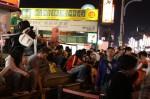 士林夜市: ミスタードーナツの前で買い食いする人々