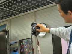 ヨドバシカメラ: 一眼レフカメラ講座: カメラの構え方 実演