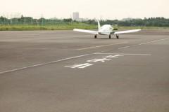川崎航空株式会社: 格納庫から滑走路側: プログラムAE 1/200sec F5.6 スポット測光 EV+1/3 ISO200 70mm EF-S55-250mm WB:くもり