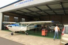 川崎航空株式会社: 格納庫 滑走路側から: プログラムAE 1/200sec F8.0 スポット測光 EV+0 ISO200 18mm EF-S18-55mm AF:AIフォーカス WB:くもり