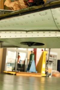 川崎航空: 光学ファインダー用の穴: プログラムAE 1/50sec F5.0 スポット測光 EV+2/3 ISO320 44mm EF-S18-55mm WB:日陰