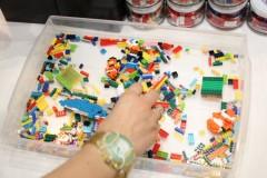 nanoblock: 子供の手と比較