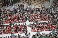 おもちゃショー 2009: アトリウムでステージを待つ来場者