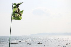 城崎海水浴場: 風にはためく旗: 絞り優先AE 1/1000sec F5.6 評価測光 EV+0 ISO100 55mm EF-S55-250mm WB:AWB