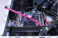 Twotop PC: 固定されていない S-ATA ケーブル