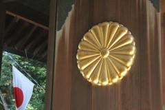 靖国神社: 菊花紋章と日の丸の旗: プログラムAE 1/60sec F5.6 評価測光 EV+0 ISO250 48mm EF-S18-55mm WB:AWB