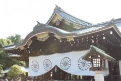 靖国神社: 拝殿: 絞り優先AE 1/50sec F8.0 評価測光 EV+0 ISO100 25mm EF-S18-55mm WB:AWB
