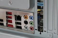 ASUS P7P55D: I/O パネルの金属パネルが外側に膨らむ