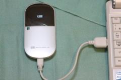 Pocket WiFi: USB ケーブルで充電中