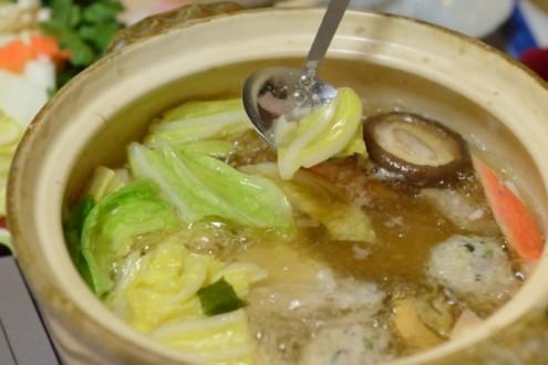 山田家: うどんすき: 白菜をおたまですくう
