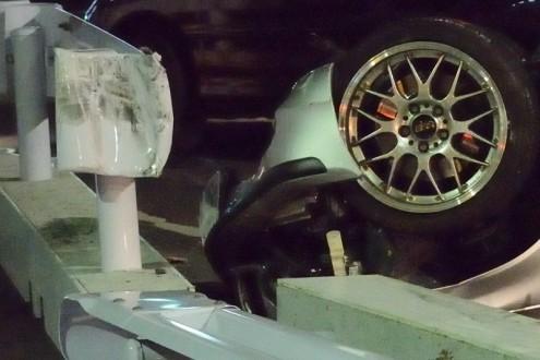 車が横転: ガードレール破壊: 拡大