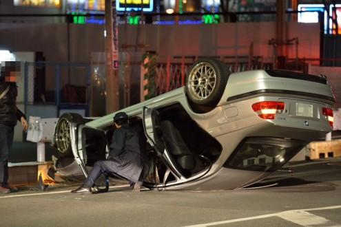 車が横転: 警察官が車内を確認