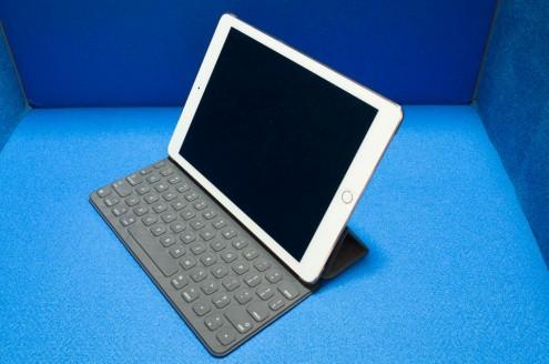 iPad Pro 9.7インチ + Smart Keyboard: 斜め