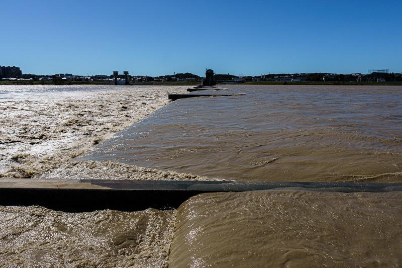 台風19号: 多摩川: 二ヶ領上河原堰: 横からみたところ