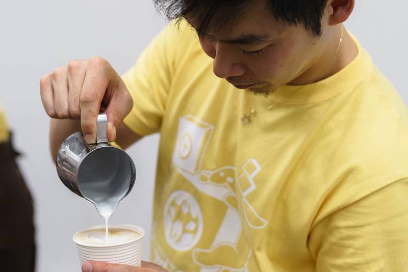 WordCamp Tokyo 2019: バリスタ: 注いでいるところ