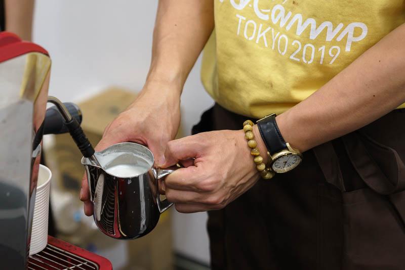 WordCamp Tokyo 2019: バリスタ: ミルクジャグにミルクを注ぐ