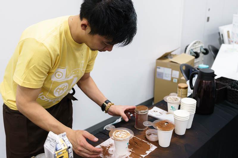 WordCamp Tokyo 2019: バリスタ: コップに W マークを置く
