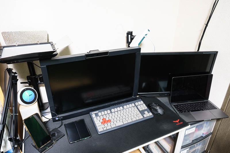 Zoom 会議している机とライティング